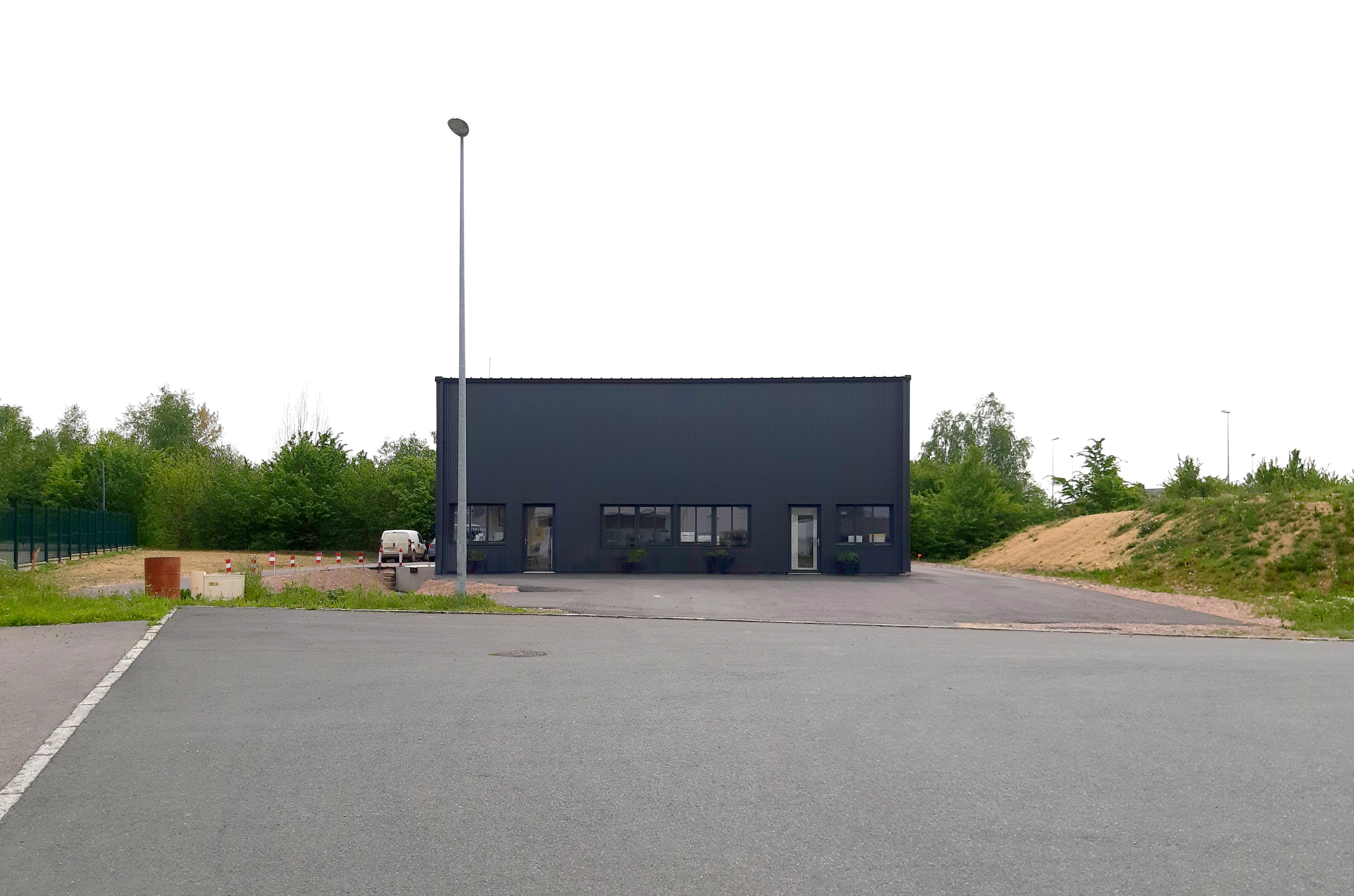 Dans un premier temps l'occupant ne souhaite que des bureaux en rdc, mais le projet prévoit à terme d'ouvrir la façade par des percements identiques à ceux du rdc, à l'étage.