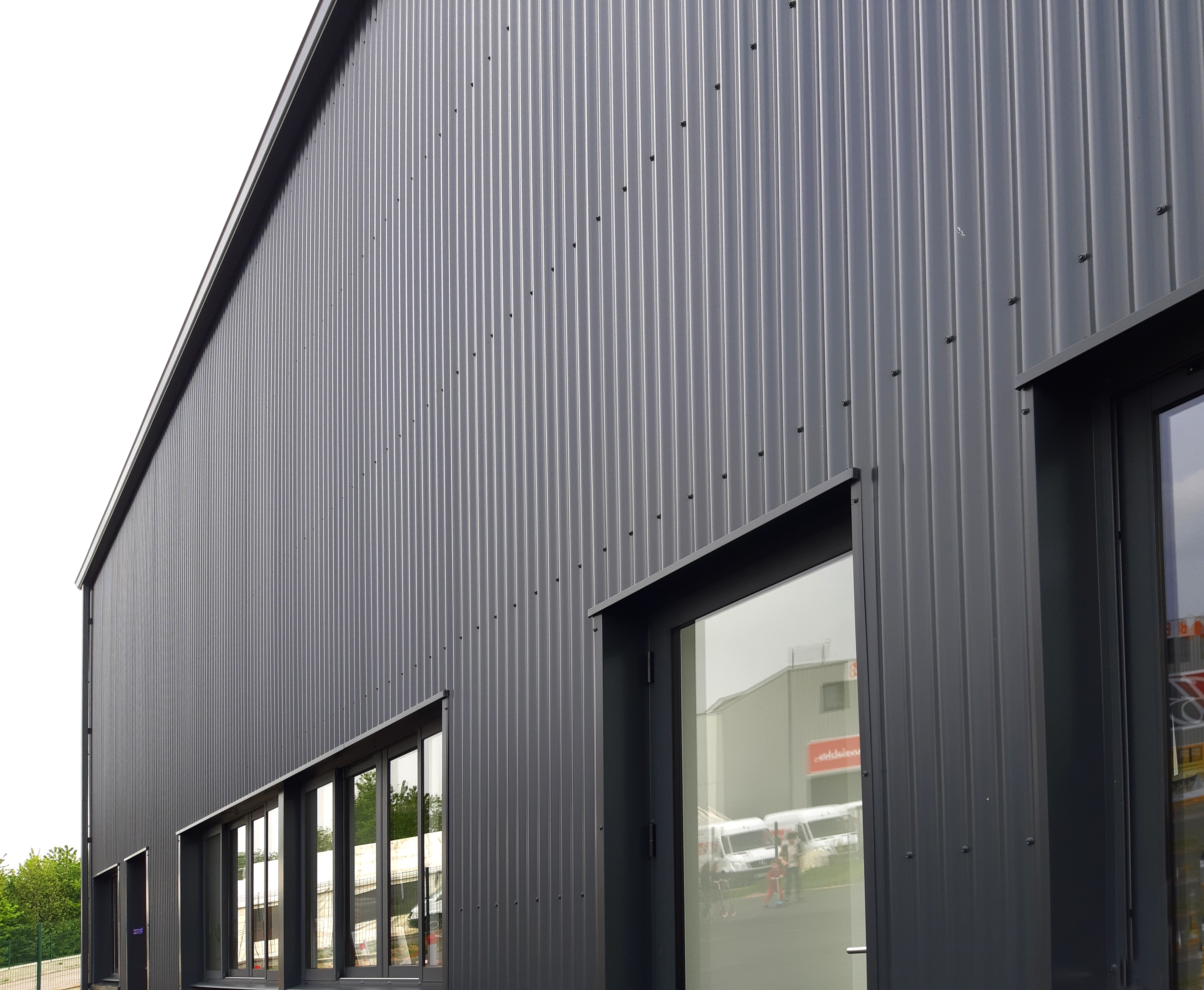 L'ensemble des éléments de construction est en monochrome gris foncé.
